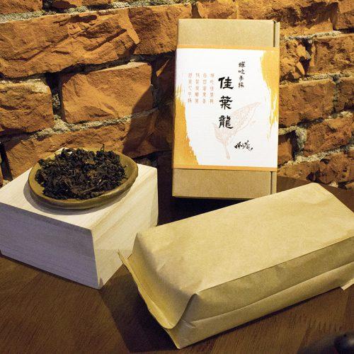 所謂佳葉龍茶(GABA–tea)就是一種含高量γ—胺基丁酸(γ—Aminobutyric acid)的天然茶葉新製品,γ—胺基丁酸英文簡稱GABA,所以佳葉龍茶又稱GABA茶,日本人習慣稱之為GABARON TEA,由於這種茶喝起來非常順口,所以日本人又稱為「順口茶」,又因喝了這種茶令人元氣十足、精神百倍、不易疲勞所以日本人又稱之為「打氣茶」,在中國大陸則稱為「金白龍茶」。佳葉龍茶具有良好的降血壓和解酒保健功效,很早就有許多研究報告證實,再加上佳葉龍茶由於加工簡易和製造成本低廉等特徵,因此在日本佳葉龍茶早已是商品化大量生產。