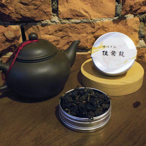 所謂佳葉龍茶(GABA–tea)就是一種含高量γ—胺基丁酸(γ—Aminobutyric acid)的天然茶葉新製品,γ—胺基丁酸英文簡稱GABA,所以佳葉龍茶又稱GABA茶,日本人習慣稱之為GABARON TEA,由於這種茶喝起來非常順口,所以日本人又稱為「順口茶」,又因喝了這種茶令人元氣十足、精神百倍、不易疲勞所以日本人又稱之為「打氣茶」,在中國大陸則稱為「金白龍茶」。